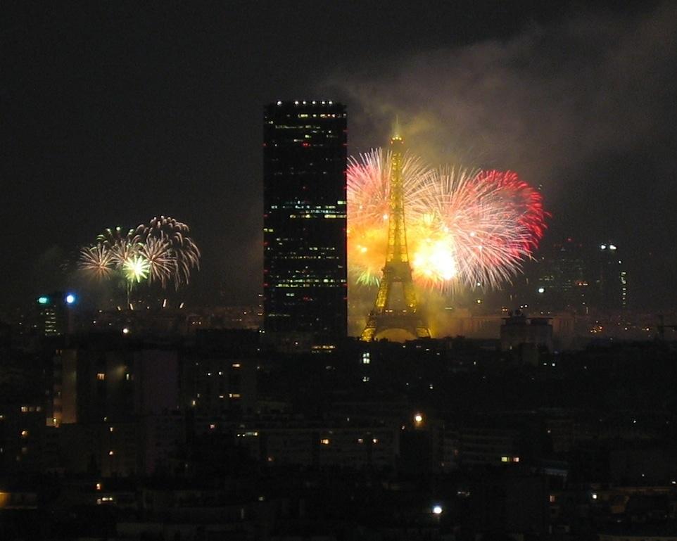 Torre Eiffel iluminada por fuegos artificiales