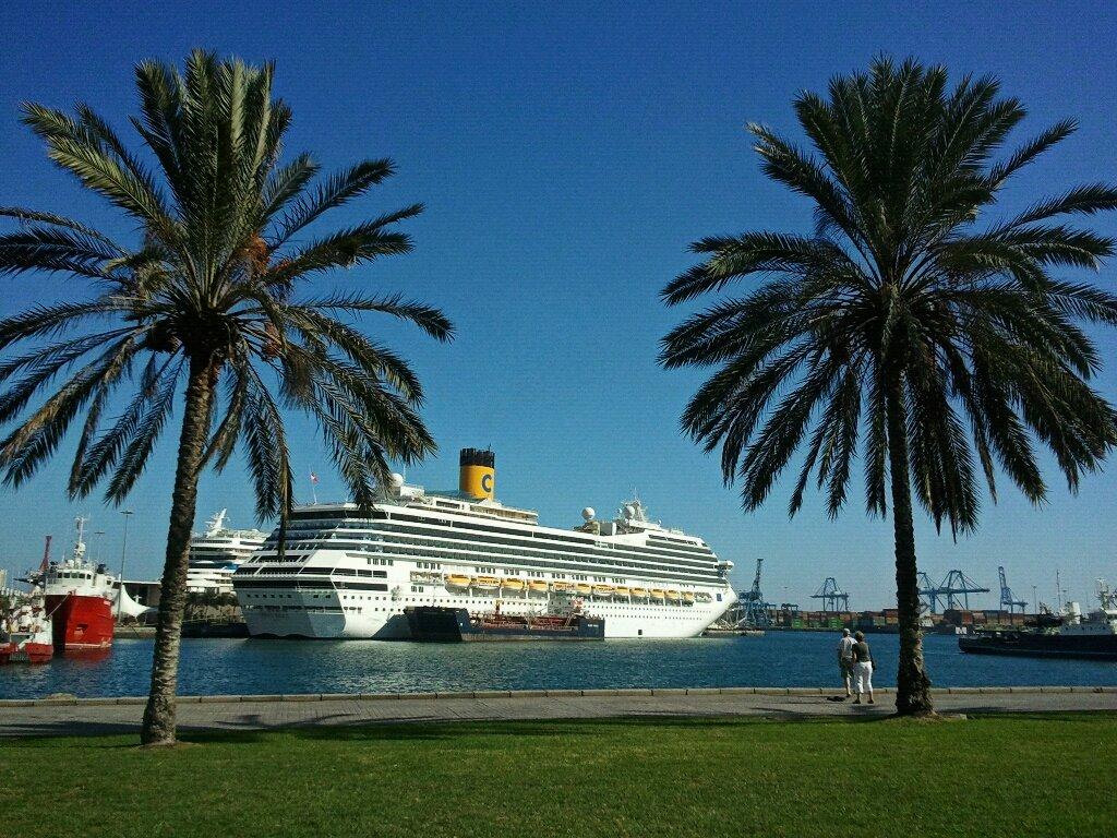Barco en un puerto de Canarias
