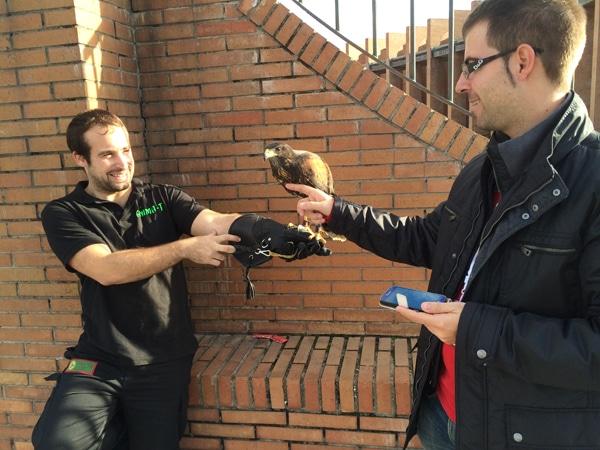 Pablo, SEO de SorteoPremios, acariciando un ave en la entrada del evento