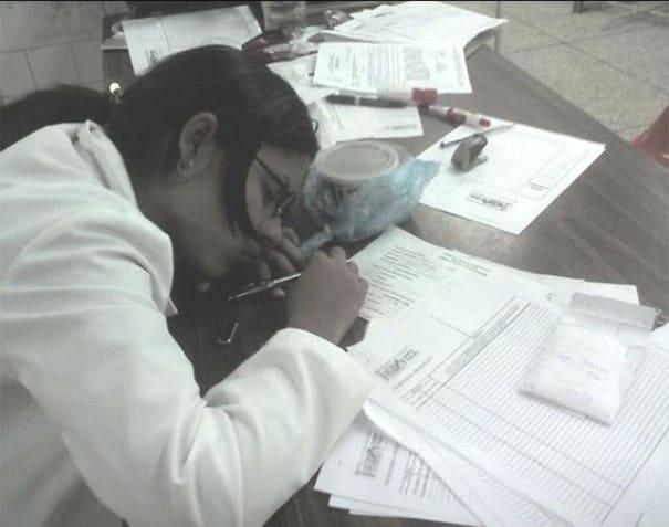 medical-resident-sleeping-overworked-doctors-mexico-yo-tambien-mi-dormi-112__605