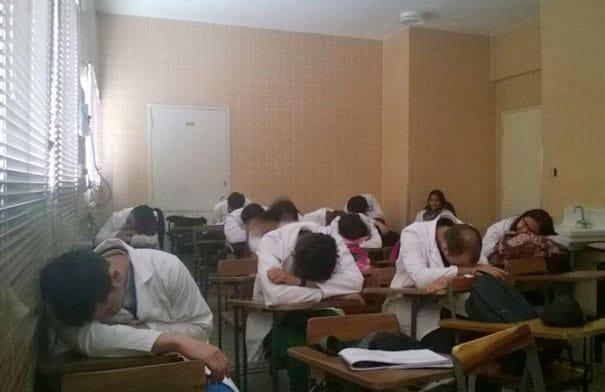 medical-resident-sleeping-overworked-doctors-mexico-yo-tambien-mi-dormi-132__605