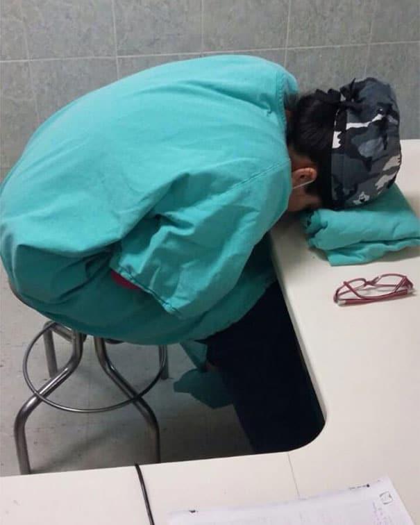medical-resident-sleeping-overworked-doctors-mexico-yo-tambien-mi-dormi-15