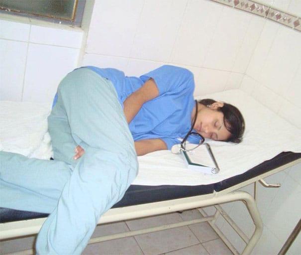 medical-resident-sleeping-overworked-doctors-mexico-yo-tambien-mi-dormi-42__605