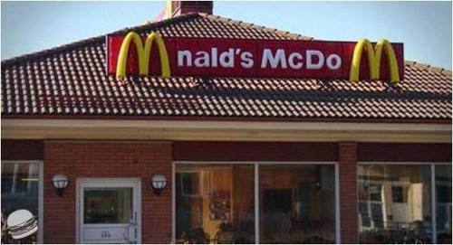 Un cartel de McDonalds muy mal puesto