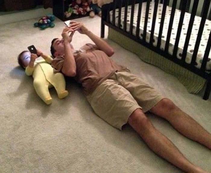 padre e hijo interactuando con whatsapp