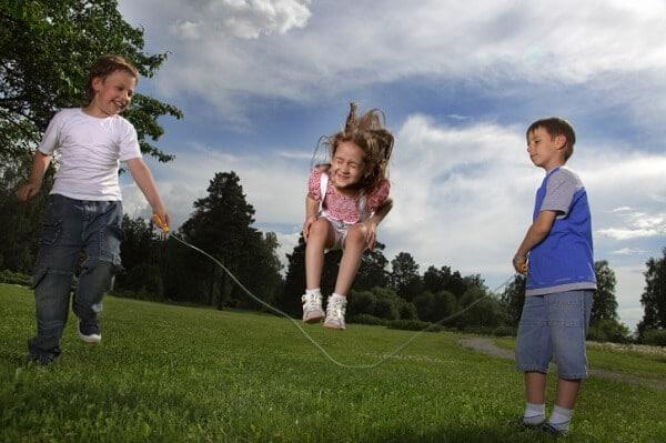 juego de niños saltar la comba