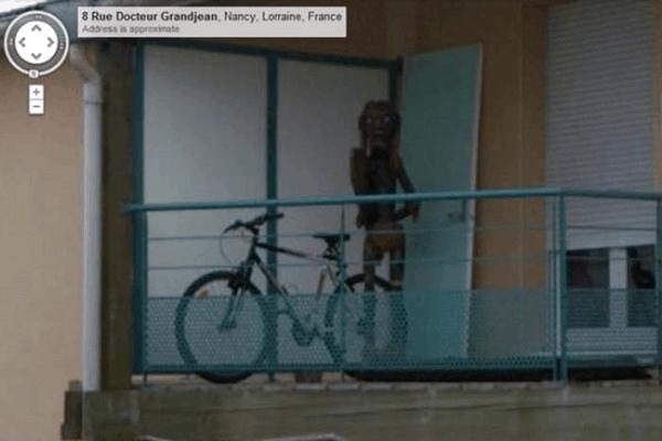 monstruo en balcón captado por google maps