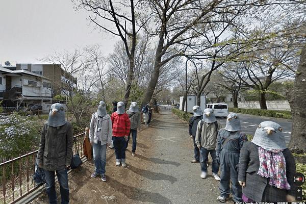personas disfrazadas con máscaras de paloma captado por google maps
