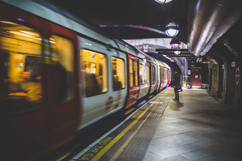 vagón de metro en movimiento