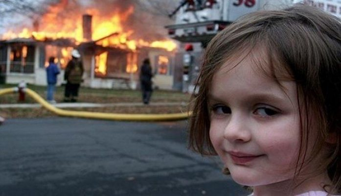 la foto graciosa de la niña piromana